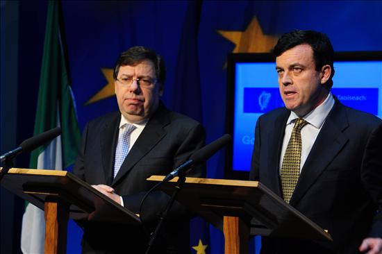 La indecisión de Irlanda para pedir ayuda a la EU podría precipitar su caída