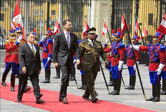 El presidente de Perú recibe en Lima a los Príncipes de Asturias