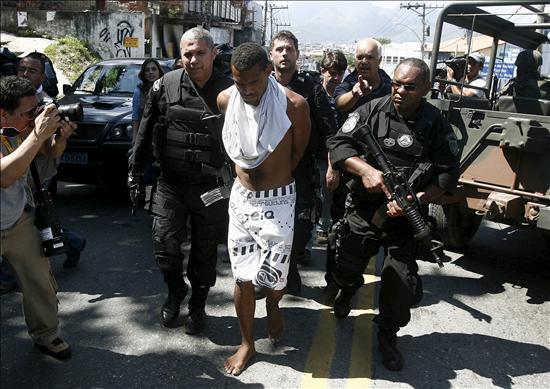 Policías y militares brasileños toman la favela sin encontrar mayor resistencia
