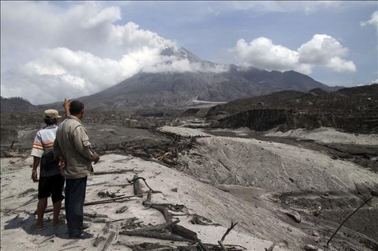 Cientos de personas huyen de ríos barro y ceniza del volcán indonesio Merapi