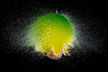 El secreto de las espectaculares fotografías de globos de agua en el momento de explotar... un disparador de flash especial