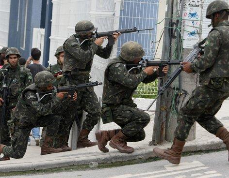 Militares brasileños ofrecen rendición antes de invadir favela
