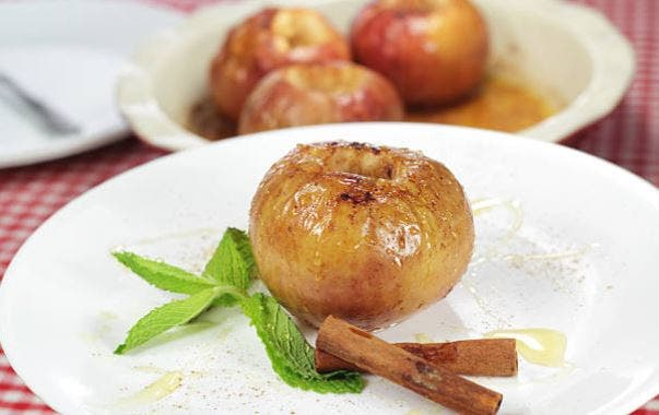 Manzanas asadas al microondas: 2 recetas fáciles 🍎 🍏