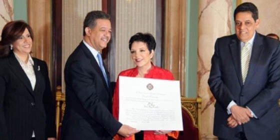Liza Minnelli es condecorada por presidente de República Dominicana