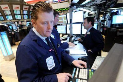 Wall Street contiene sus descensos, pero continúa en territorio negativo