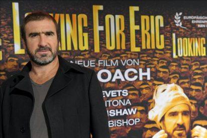 Critican que Cantona llame a la revolución y su esposa promocione un banco