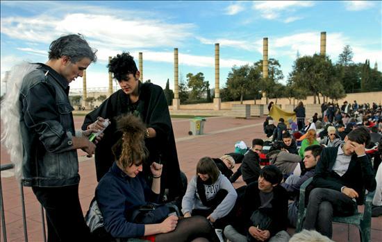 Centenares de jóvenes esperan en Barcelona para ver a Lady Gaga