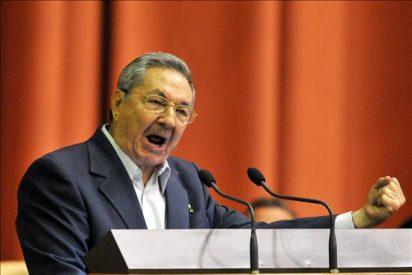 """Raúl Castro asegura que """"o rectificamos o nos hundimos"""""""