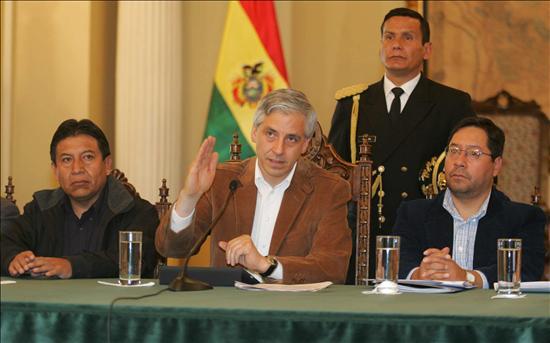 """Evo Morales sorprende con un """"gasolinazo"""" que los chóferes rechazan con huelga"""