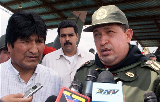 Morales entrega ayuda a Venezuela y Chávez firma su primer decreto con poderes especiales