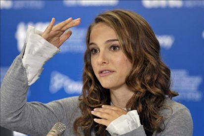 La actriz Natalie Portman está comprometida y embarazada, según la revista People