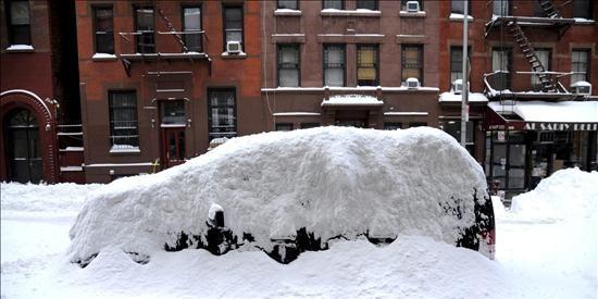 Miles de neoyorquinos amanecen atrapados por una fuerte nevada