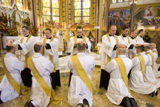 Tres hermanos sacerdotes cantan misa a la vez en Málaga