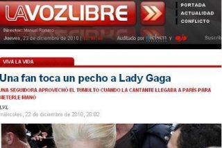 Una fan toca un pecho a Lady Gaga