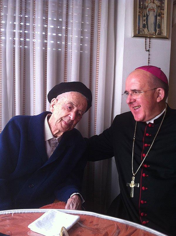 Osoro felicita al cura centenario de Valencia