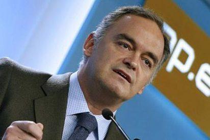 Para El País, ¿quién tuvo la culpa del caos aéreo? ¿Los controladores? ¿El Gobierno? No, el Partido Popular