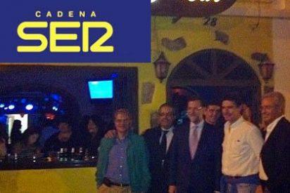 La SER atiza a Rajoy por irse a tomar un copa tras quedarse atrapado en el caos de los controladores