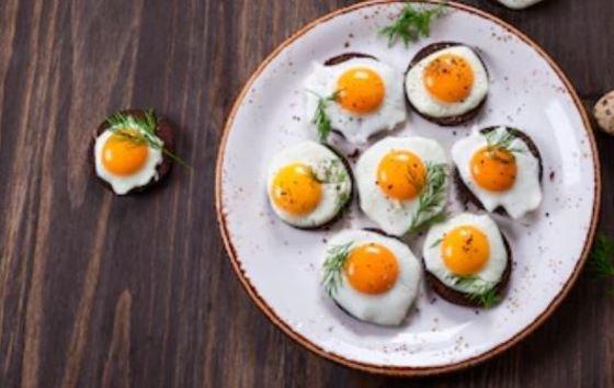 canapés con huevos de codorniz