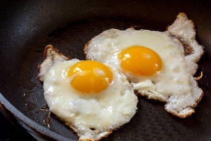 Huevos fritos: tres trucos para que queden perfectos y no te salte el aceite