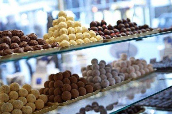 trufas variadas de chocolate en un escaparate