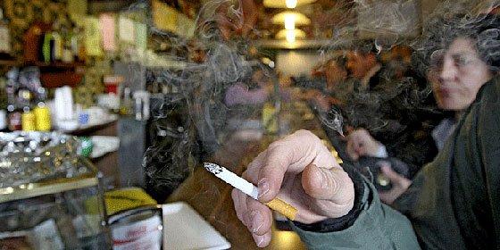 Un vigués denuncia a los agentes que le multaron por fumar en un bar