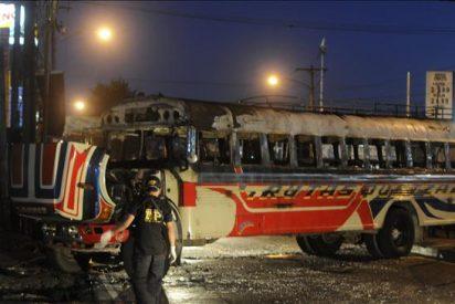 Atribuyen a la pandilla Mara 18 el ataque con una bomba contra un autobús en Guatemala