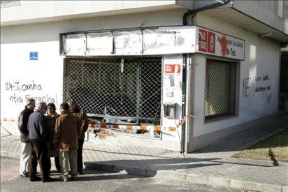 Arrojan dos artefactos explosivos a la sede del PSdeG en Betanzos