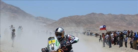 Sainz sigue firme en autos y Coma toma el mando en motos antes de las dunas