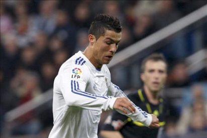 Tres goles de Ronaldo mantienen la tensión con el Barcelona