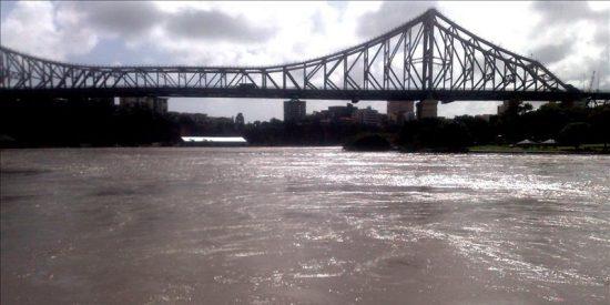 Brisbane lucha contra el torrente de agua vertido sobre Australia