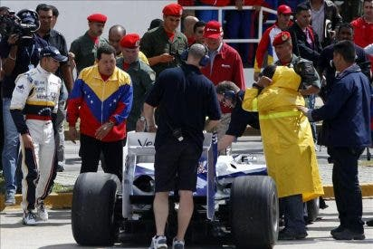 El piloto venezolano de F1 Pastor Maldonado se da un baño de multitudes en su casa