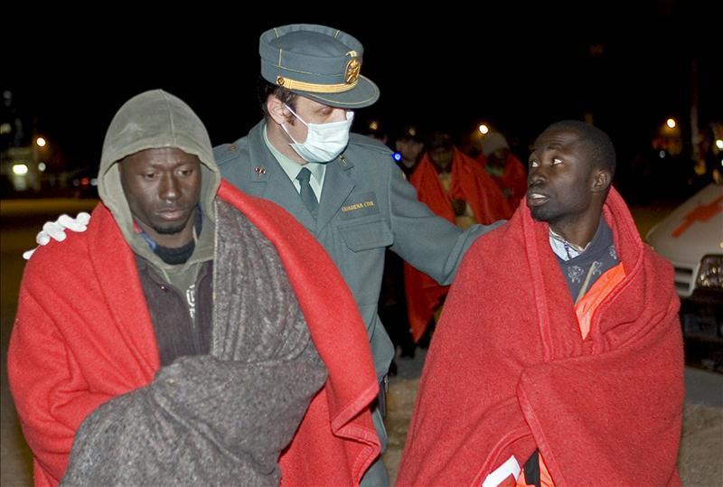 Rescatados ocho inmigrantes de una patera en aguas de Almería
