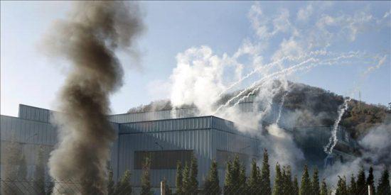 Un incendio afecta el tejado de una nave de Duro Felguera en Barros