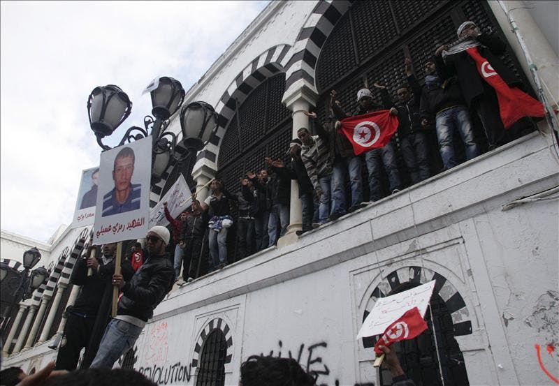 Miles de personas se manifiestan ante el Palacio de Gobierno de Túnez