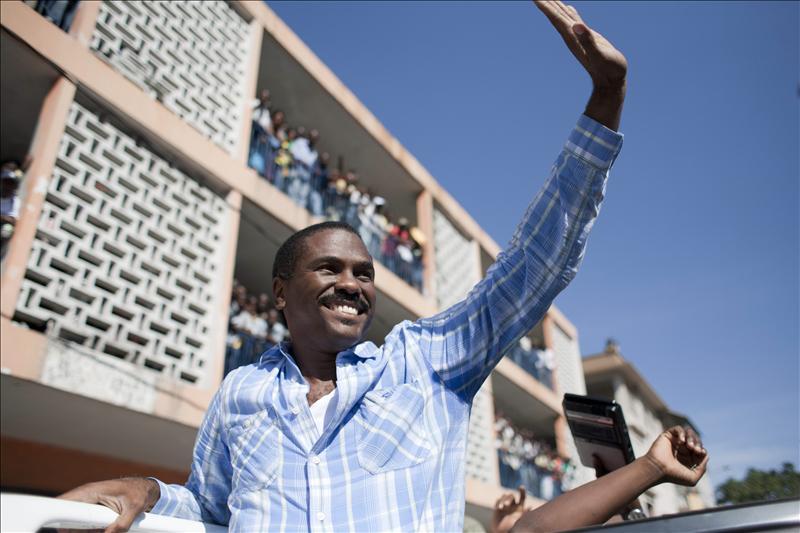 El partido oficialista de Haití estudia retirar a su candidato a la Presidencia