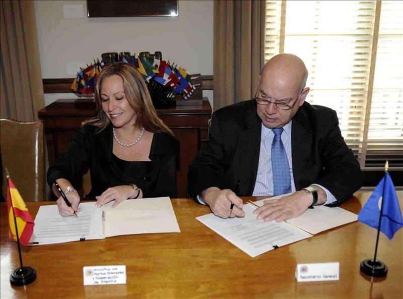 Trinidad Jiménez firma con el secretario general de la OEA un acuerdo de cooperación