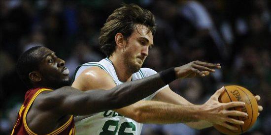 Celtics y Lakers ganan cómodamente; sufren los Mavericks