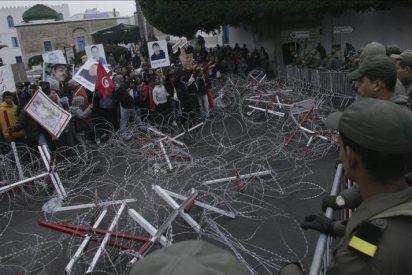 La Policía carga contra los manifestantes ante la sede del Gobierno de Túnez