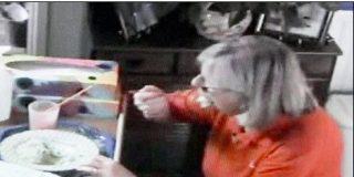 Inhabilitan a una cuidadora irlandesa por comerse el almuerzo de una enferma de Alzheimer durante meses
