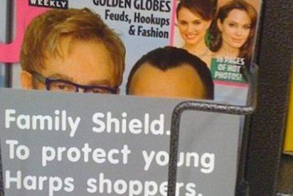 Un supermercado americano cubre la portada de una revista con un posado de Elton John, su marido y su bebé para proteger a los menores