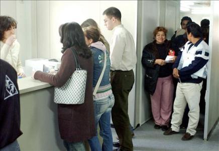 Los inmigrantes utilizan menos los servicios sanitarios que los españoles