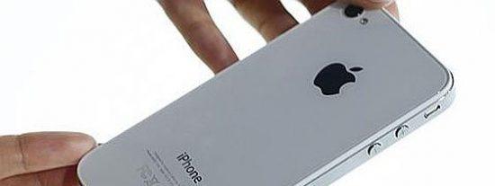 Un hombre golpea a un niño de 15 años por no apagar el iPhone durante un vuelo