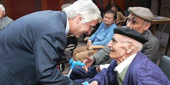El PSOE se ve obligado a 'tirar de archivo' para mostrar una imagen de Barreda trabajando