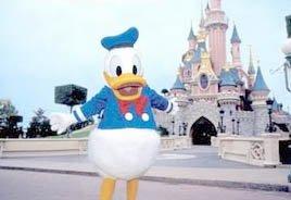 """Demandan al """"Pato Donald"""" por tocarle los pechos a una joven"""