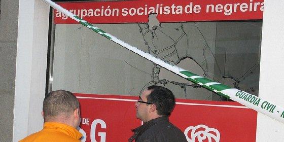 A pedradas contra la sede del PSOE de Negreira y del BNG de Santiago