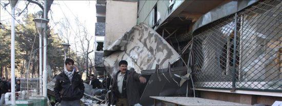 Aumenta a 38 el número de muertos en el atentado suicida contra un banco afgano