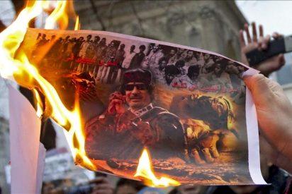 Gadafi se aferra al poder y no se mueve de Libia, donde la represión aumenta