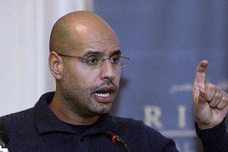 El hijo de Gadafi admite problemas en el oeste de Libia y ofrece negociar a los rebeldes