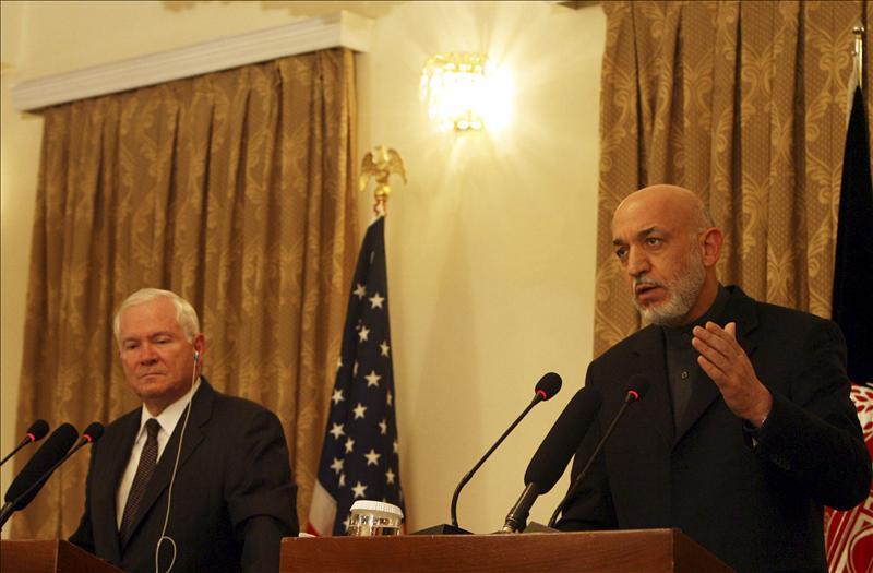 El secretario de Defensa de EEUU se reúne con Karzai durante una visita sorpresa a Afganistán