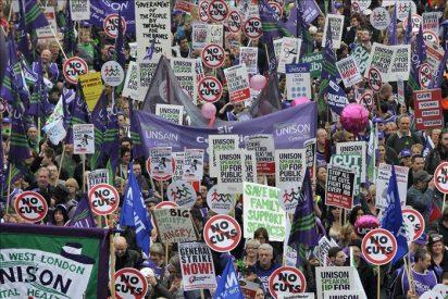 Miles de personas protestan en Londres por los recortes en el sector público